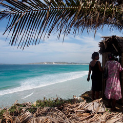 Madagascar volunteers by the beach