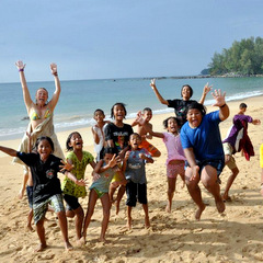 Thailand volunteers and children on beach